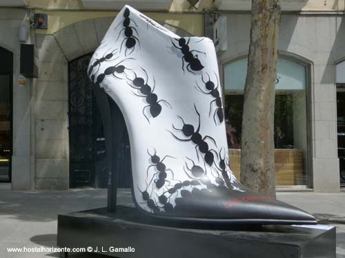 Zapatos gigantes calle serrano Madrid sunday shopping